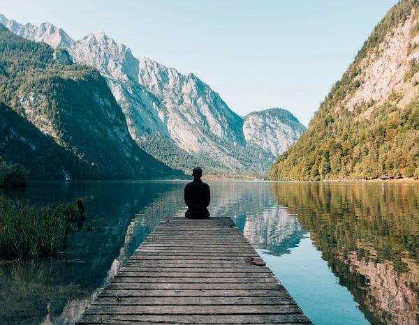 personne-assise-sur-un-pont-pres-lac